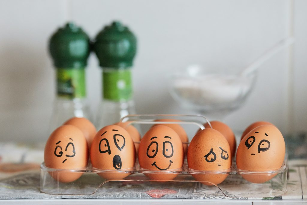 Verschiedene Emotionen wurden mit Eiern dargestellt. Die Eier haben ein Gesicht aufgemalt.